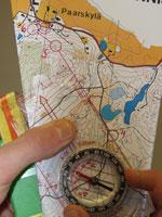 1) Aseta kompassin reuna tarkasti lähtöpisteestä päätepisteeseen.